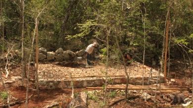 Embutir y rellenar para el firme con piedra y sascab