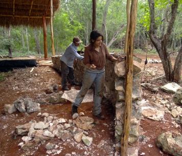 Rellenando los huecos del muro con cuñas y mortero