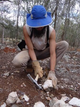 Picando piedra para el junteo