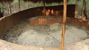 Acarreando polvo de sascab para la mezcla del firme