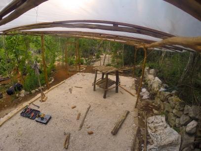 Una vez listo el techo, hicimos la primera mesita con maderas recicladas